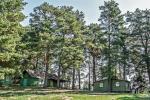 Małe domki letniskowe nad jeziorem Arino na Litwie, w regionie Moletai - 3
