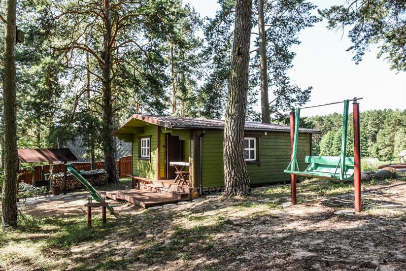 Małe domki letniskowe nad jeziorem Arino na Litwie, w regionie Moletai - 4
