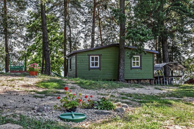 Małe domki letniskowe nad jeziorem Arino na Litwie, w regionie Moletai - 5