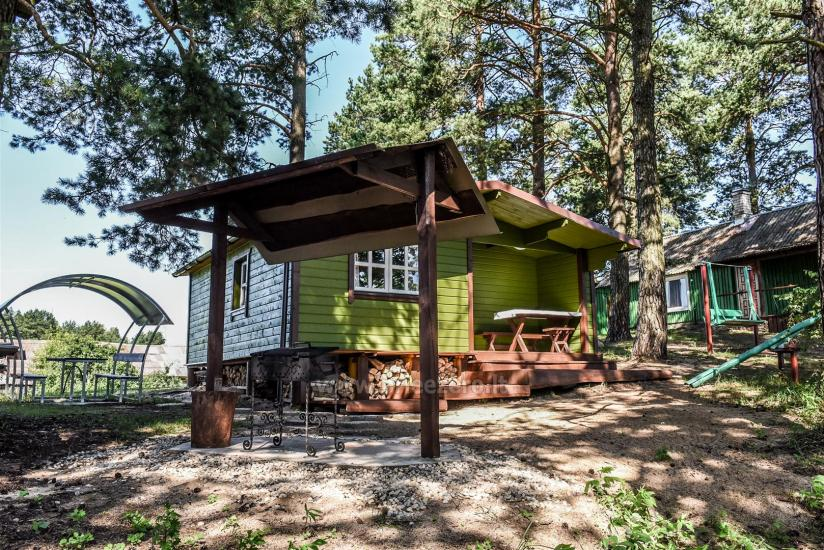 Małe domki letniskowe nad jeziorem Arino na Litwie, w regionie Moletai - 1