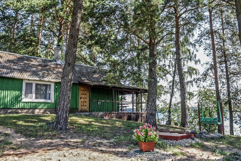 Małe domki letniskowe nad jeziorem Arino na Litwie, w regionie Moletai - 11