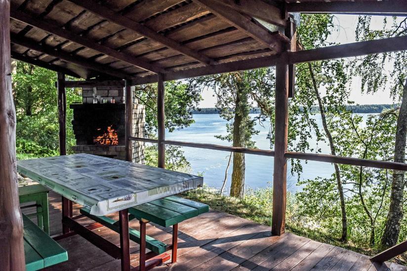 Małe domki letniskowe nad jeziorem Arino na Litwie, w regionie Moletai - 2