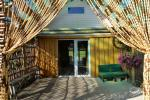 Drugi domek wakacyjny dla maksymalnie 8 osób: salon z kominkiem, sauna dla palących w osobnej chatce, wanna z hydromasażem pod dachem, wodny basen z pomostem, taras i grill - 11